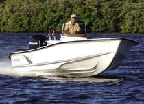 Bay boat fueraborda / con consola central / de pesca deportiva