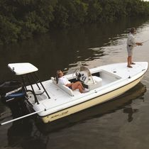 Flat boat fueraborda / con consola central / de pesca deportiva / 6 plazas
