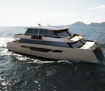 Yate a motor catamarán / de crucero / con fly cerrado / semi-custom