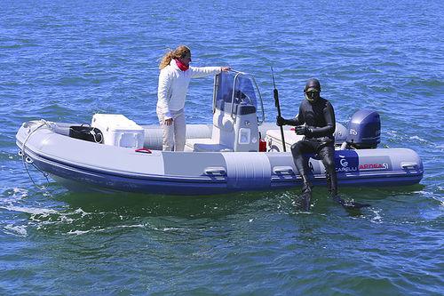 embarcación neumática fueraborda / semirrígida / con consola central / de buceo