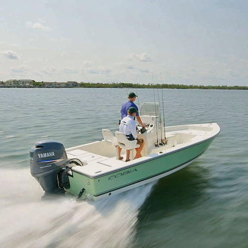 bay boat fueraborda / con consola central / de pesca deportiva / 7 personas máx.