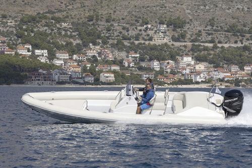 embarcación neumática fueraborda / casco con peldaños / semirrígida / con consola central