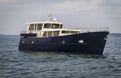 barco cabinado intraborda / de desplazamiento / de acero / clásico