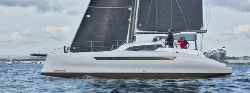 catamarán / de crucero / de regata / con popa abierta