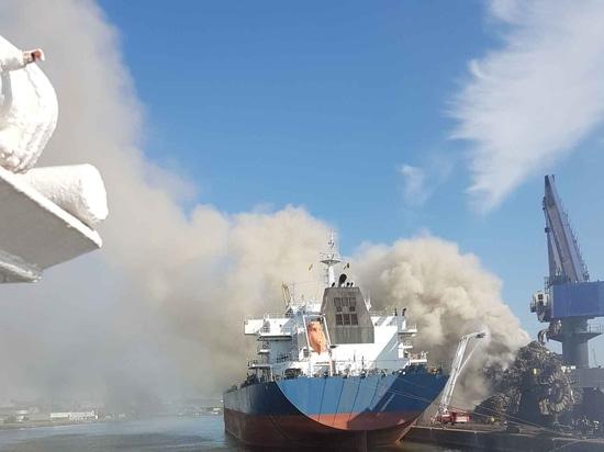 Tirones de los trastos del remolque de Kotug Smit el resplandor de la planta de reciclaje en Gante (remolque de Kotug Smit)