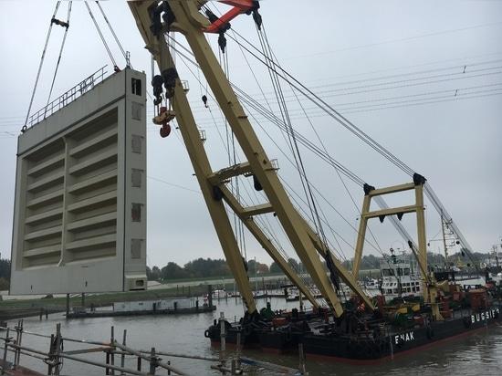 Puertas de esclusa instaladas en Emden
