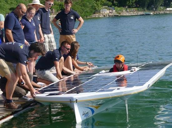 Equipo de barco solar de la cerámica de Delft del TU listo para la travesía del canal inglés