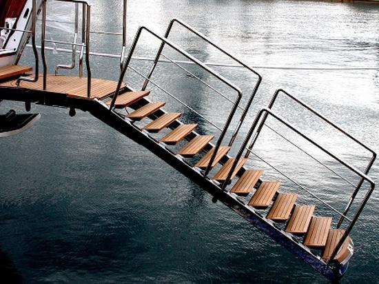 Dobles hidráulicos lujosos de esta pasarela como escalera de la nadada (cortesía del nanovoltio)