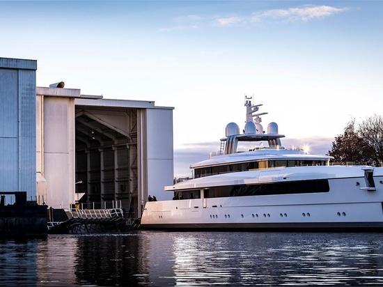 el yate Vitruvius-diseñado los 58m Najiba de Feadship lanzó