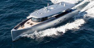 yate a motor de crucero / offshore / con hard-top / con caseta de timón