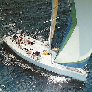 monocasco / de regata y crucero / con 2 camarotes / con bauprés