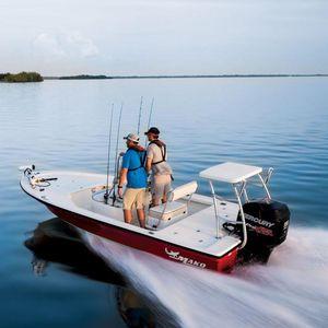 bay boat fueraborda / con consola central / de pesca deportiva / skiff