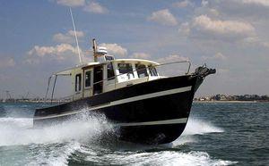 barco de pesca-crucero intraborda / fueraborda / bimotor / con caseta de timón