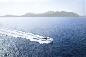 yate a motor de crucero / con fly / de desplazamiento / con 3 camarotes