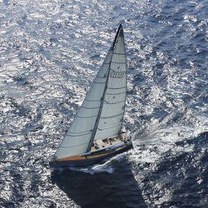 yate de vela de crucero / de regata / con popa abierta / con 3 camarotes