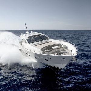 yate a motor de crucero / con hard-top / de desplazamiento / con 5 camarotes