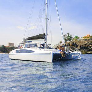 catamarán / de regata y crucero / con popa abierta / con 2 camarotes