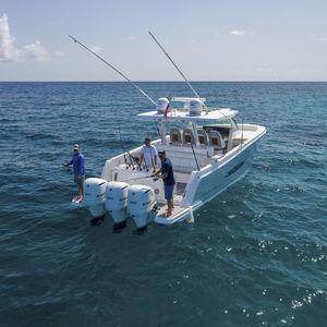 barco cabinado fueraborda / trimotor / open / con consola central