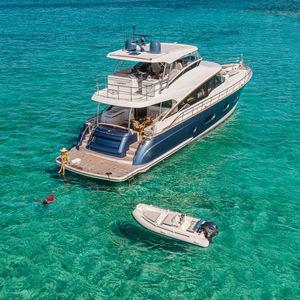 yate a motor de crucero / de deporte / offshore / clásico