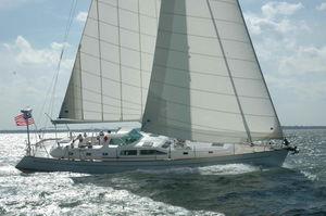 yate de vela de regata y crucero / con center cockpit / de fibra de vidrio / con 2 camarotes
