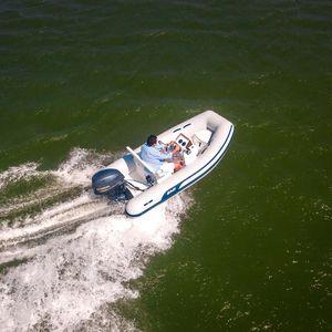 embarcación neumática fueraborda / semirrígida / con consola lateral / de pesca deportiva