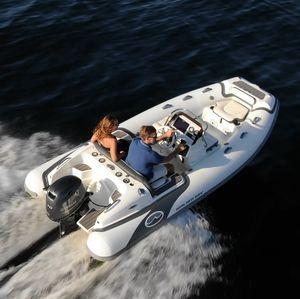 embarcación neumática fueraborda / semirrígida / con consola lateral / de deporte