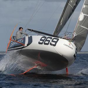 monocasco / de regata / velero de quilla deportivo / con popa abierta
