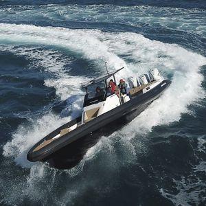 embarcación neumática fueraborda / trimotor / RIB / casco con peldaños