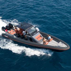 embarcación neumática fueraborda / bimotor / trimotor / casco con peldaños