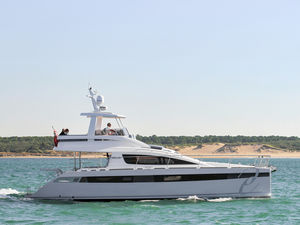yate a motor catamarán / de crucero / con fly / semi-custom