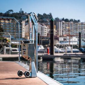 grúa para puerto deportivo / plegable / manejo de embarcaciones