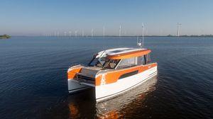 barco cabinado catamarán / híbrido diésel-eléctrico / con hard-top / 12 personas máx.