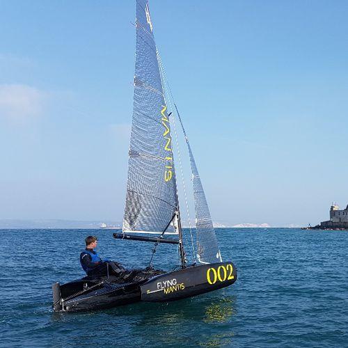 trimarán / day-sailer / monotipo / con popa abierta