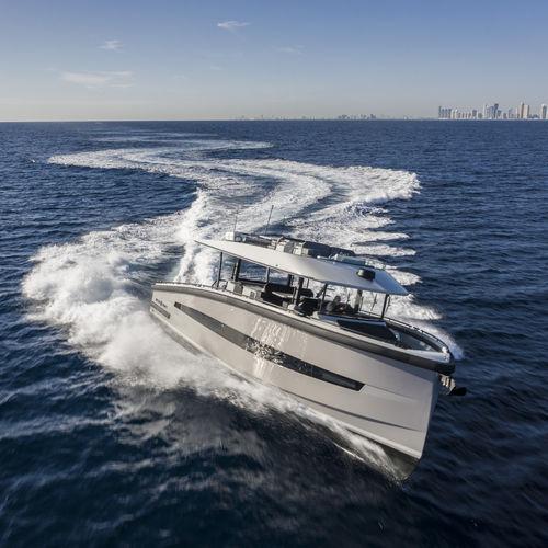 yate a motor de crucero / de deporte / de pesca deportiva / de buceo