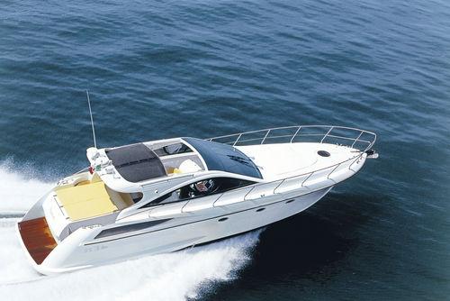 barco cabinado intraborda / diésel / con hard-top / de deporte