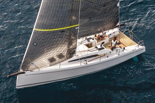 monocasco / de regata y crucero / con popa abierta / con 2 camarotes
