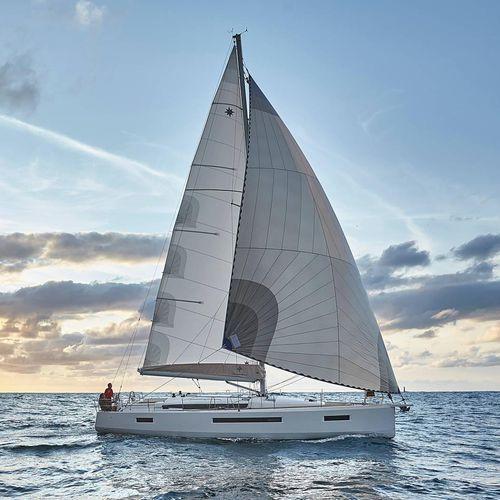 monocasco / de crucero / con popa abierta / con deck saloon