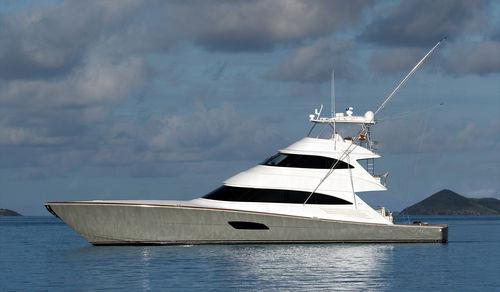 yate a motor de crucero / de pesca deportiva / convertible / con fly