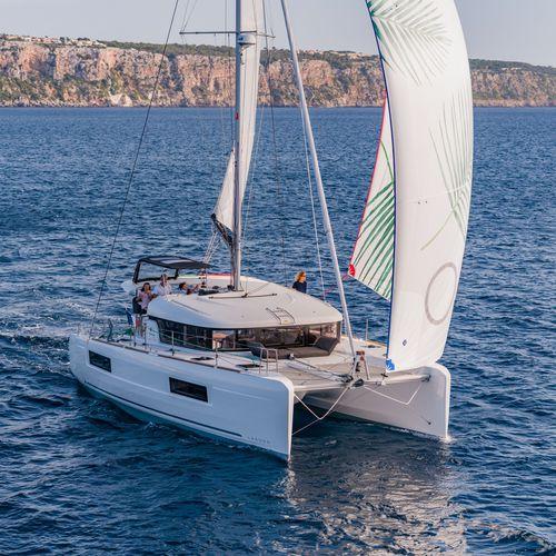 catamarán / de crucero / con popa abierta / con 3 o 4 camarotes