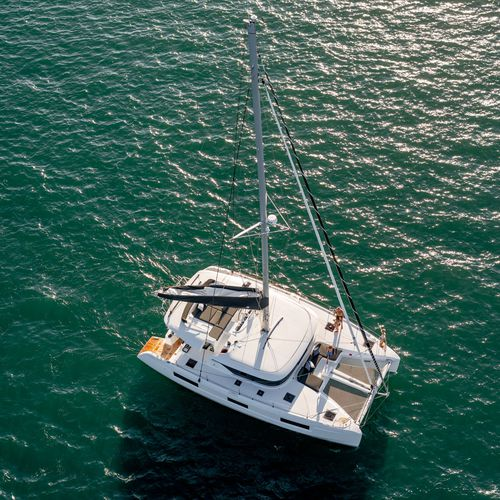catamarán / de crucero / con deck saloon / con fly