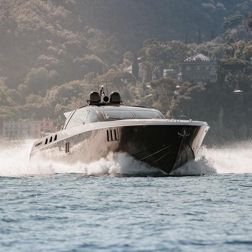 yate a motor de crucero / con hard-top / IPS / casco de planeo