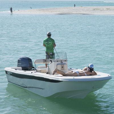 bay boat fueraborda / con consola central / de pesca deportiva / 10 personas máx.