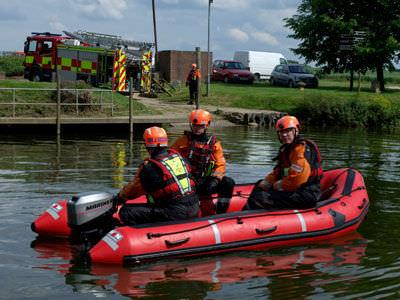 barco de salvamento / fueraborda / embarcación neumática