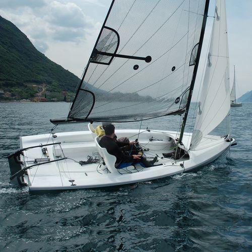 monocasco / velero de quilla deportivo / con popa abierta / con quilla retráctil