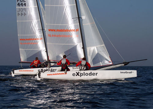 catamarán deportivo para raid costero