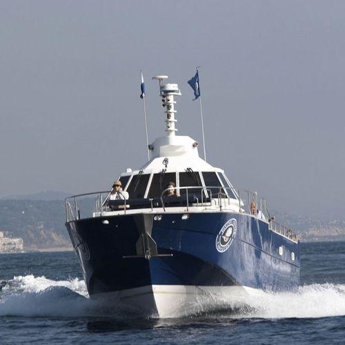 barco profesional embarcación de apoyo al buceo