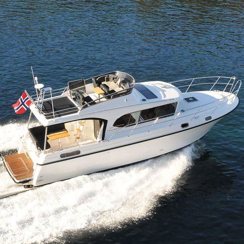 barco cabinado intraborda / de semidesplazamiento / con fly / clásico