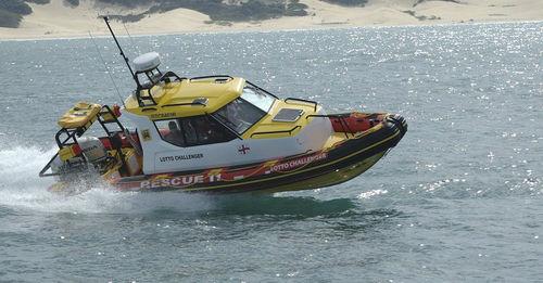 embarcación neumática fueraborda / semirrígida / con cockpit cerrado / con cabina