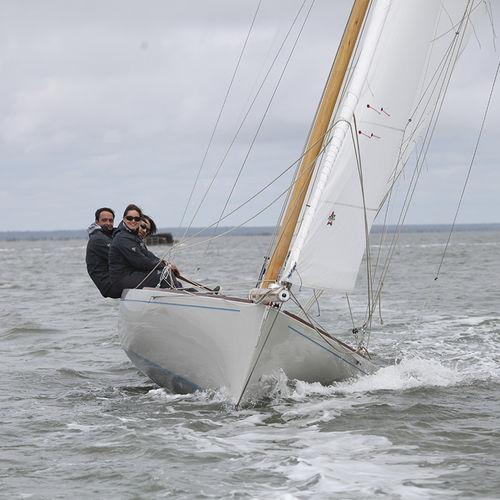 velero de regata y crucero