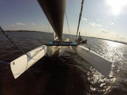 catamarán deportivo con foil